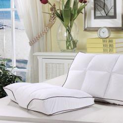 Il boutique cinque stelle dell'hotel giù appoggia il cuscino bianco della piuma dell'oca di memoria del cuscino di memoria
