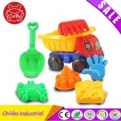 모래 굴착 도구가 있는 재미있은 어린이 해변 자동차 장난감