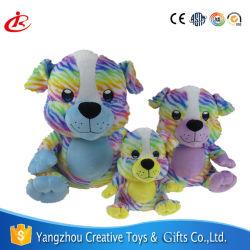 Chien coloré attrayant un jouet en peluche