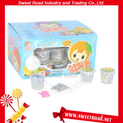 Un surtido de frutas sabor Mini budín Jelly con juguetes dulces