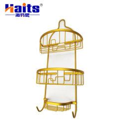 غرفة ثلاثية من المستوى مزودة بأسلاك متدلية في الزاوية ودش، بالإضافة إلى حوض استحمام مزود بمنظم، بالإضافة إلى رف الحمام