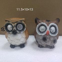 Owl de sculpture sur pierre de ciment avec lumière solaire