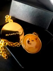 新しい方法設計銀 / 銅の青のスピネルの女性の注文 結婚式のギフトの Doge の硬貨ペンダントのための名前 CZ のペンダント