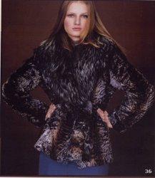 Donne Raccoon ed indumento della pelliccia del coniglio