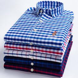 秋の人の綿によって洗浄されるオックスフォードの格子縞のしまのある粋な刺繍されたワイシャツ