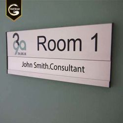 壁に取り付けられたオフィスの鋼鉄ドアの版の印の部屋番号のネームプレート