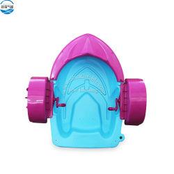 La piccola barca di plastica variopinta del pedale della mano scherza i crogioli di pala della mano, barca gonfiabile del pedale