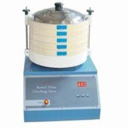 Farina rotonda che controlla setaccio per vedere se c'è l'analizzatore di qualità della farina e del frumento