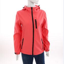 Женщин спорта при ношении осенью куртку для установки вне помещений