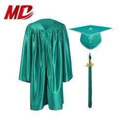 就学前の卒業のガウンおよび帽子または幼稚園の子供の卒業の服