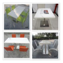 特別なデザインレストランの人工的な石造りのダイニングテーブルの上