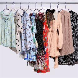 Складские запасы фабрики моды летом Оптовая торговля одеждой используется второй стороны одежды женщин одежды для взрослых