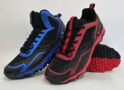 野球のソフトボールのコオロギは金属のクリートの泥炭の道のスポーツの靴を形成した