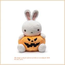 Entzückende Kaninchen-angefülltes Tier spielt knuddeliges Halloween-Kürbis-Häschen