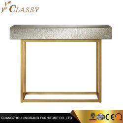 Estrutura metálica dourada do espelho do console de vidro de mesa com a parte superior da placa de MDF para a sala de estar