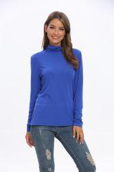 Le donne adattano i lavori o indumenti a maglia lunghi del pullover del maglione del Turtleneck del manicotto
