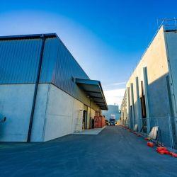 Высокая производительность и высокая стоимость Large-Span Сборные стальные конструкции Workhouse освещения с помощью крана строительство