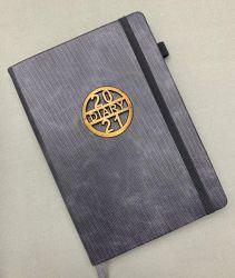 Het nieuwe Notitieboekje van de Agenda van Hardcover van het Leer van de Stijl Pu met het Embleem van het Metaal