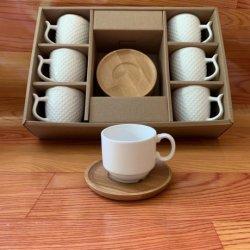 أكواب الإسبرسو الخزفية البيضاء الساخنة وكأس القهوة وصحن القهوة تم إعداده مع صلصة الخيزران