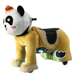 Camminare di giro dell'animale farcito del panda a pile per i capretti