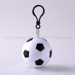 Barato de plástico descartáveis Raincoat esferas para promoção de chuva portátil Poncho no futebol com mosquetão