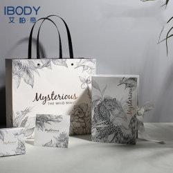 حقيبة ورقية حقائب بيضاء فاخرة جميلة للهدايا التي تم تخصيصها الوسائد التي تحمل الشعار