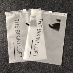 حقيبة بلاستيكية مخصصة مصنوعة من مادة PVC/EVA/PP شعار العلامة التجارية المخصصة مع قفل بسحّاب بالبلاستيك المقشّر حقيبة التغليف المحجبة للملابس