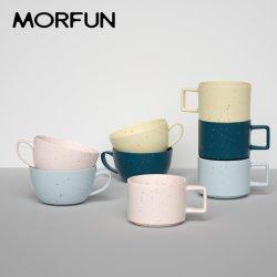 De moderne Ceramische die Mok van de Klei van de Thee van de Koffie van de Kop van het Steengoed van de Stijl van Japan Gespikkelde met het Rek van het Metaal wordt geplaatst