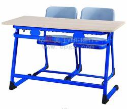Schulmöbel Student Doppel Holztisch und Plastikstühle