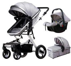 Une poussette de bébé peuvent être repliés sur quatre roues