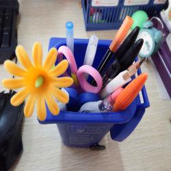 Escritório Mini-Lixeira caneta em forma de titular, Plástico Mini Desktop caixote de lixo de plástico pode