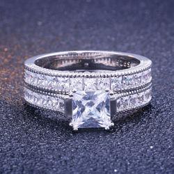 典型的なデザイン結婚式の約束の銀は宝石類を鳴らす