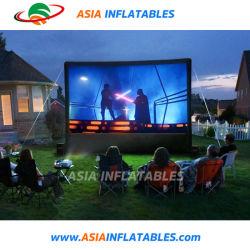Inflable de la familia en el patio trasero de la pantalla de proyección de películas de la pantalla de aire para uso doméstico