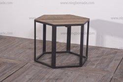 Le milieu du siècle meubles nordiques de la nature de sapin recyclée et rustique table basse à six pans de fer