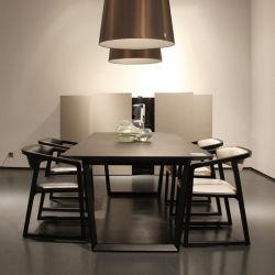 كما يضم الفندق طاولة طعام رخامية خشبية بتصميم عصري في ساحة Times تتسع لـ 6 أشخاص الأشخاص على قاعدة معدنية
