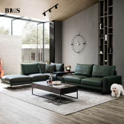 現代的なイタリアの家具が置かれた豪華なリビングルームがある コーナー本革張りソファ