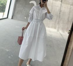 Donna bianca del vestito dalla camicia del manicotto del cotone lungo allentato della vita