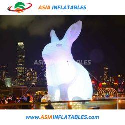 Accensione del coniglietto gonfiabile del coniglio per la decorazione del randello di notte