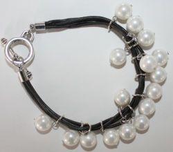 白いシェルの真珠(BP84)が付いている無光沢の革ブレスレット
