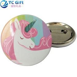 Custom Printing Colorful Cartoon Logo Button Lapel Pin Art Crafts Companyの昇進のギフトの中国の均一装飾のブローチの学校のスポーツのブリキの錫のバッジ