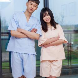 一義的な人および女性のパジャマの服