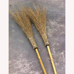 Fabbricazione della scopa ampia del bambù dell'erba
