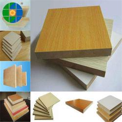 明白な/Melamineによって薄板にされる中型の密度の有機質繊維板家具および装飾のための光沢のあるまたはマットまたはEmbossed/UV表面の終了するMDF