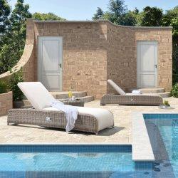 Terrasse extérieure avec des meubles en osier Chaise longue en rotin pour piscine