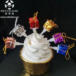 Recogida de la caja de regalo decoración de pastel de Navidad