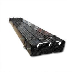 Tubo de acero cuadrado pintado de negro