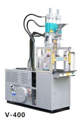 ماكينة القوالب البلاستيكية العمودية في وضع الوقوف