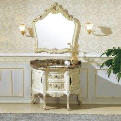 バスルームには、アイボリーホワイトのアンティークウッドのキャビネット化粧台が置かれている