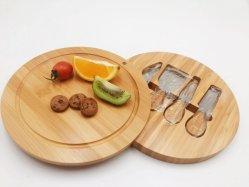 Planche à découper de fromage en bambou ronde avec des couteaux