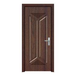 ルーマニア様式の内部の切り分けられた木のドア